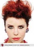Styling vzhůru na ohnivě červených krátkých vlasech