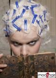 Extravagantní pinetky tvarující účes z krátkých vlasů