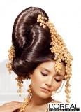 Extravagantní zlaté zdobení na extra lesklém vyčesaném svatebním účesu
