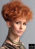 Krepatá úprava tvořící objem polodlouhých vlasů