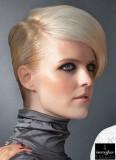 Uhlazený styl s pěšinkou výrazně na boku v blond