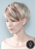 Jemně hnědý melír v blond vlasech krátké délky