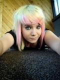 Dámský polodlouhý emo účes z duhových barev-růžová, žlutá, blond, světle zelená