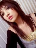 Emo účes z dlouhých sestříhaných vlasů tmavočervené barvy