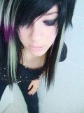 Dlouhý emo účes z černých vlasů s bílým a fialovým melírem