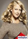 Zvlněný objem na blond dlouhých vlasech
