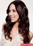 Přirozená krása zvlnění na dlouhých vlasech