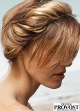 Na temeni zapletená čelenka z vlasů