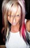 Dlouhý účes z blond vlasů s hnědým, růžovým a černým melírem