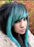 Scene účes z dlouhých vlasů s rovnou ofinou, černé barvy a s přední partií vlasů obarvených na modro