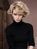 Vzdušné vlny z krátkých blond vlasů