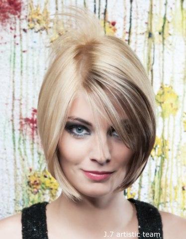 Tmavý pramen v blond mikádu
