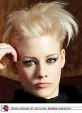 Párty punk v blond z krátkých vlasů