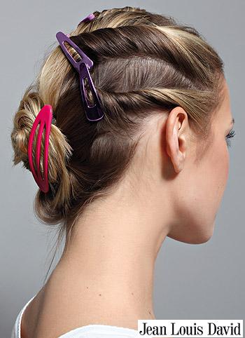 Barevné sponky v sepnutých vlasech