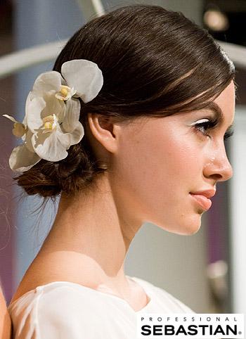 Hladký svatební uzel ozdobený velkou květinou