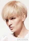 Krátký bob blond barvy s ofinou