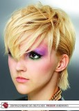 Krátký blond účes s ofinou do očí