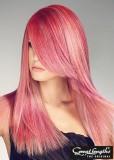 Ultra hladký účes růžové barvy s melírem