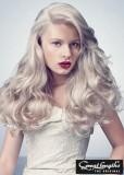 Zvlněný look platinových vlasů