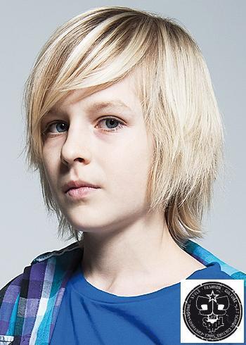 Polodlouhý sestříhaný chlapecký účes blond barvy