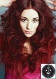 Bohatý účes z dlouhých vlnitých vlasů červené barvy