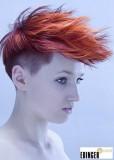 Divoký účes s vlasy stylizovanými dopředu