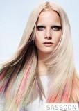 Blond účes s podbarvenými prameny