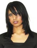 Polodlouhý sestříhaný účes černé barvy s pěšinou na straně a ofinou do tváře