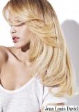 Jemný vítr v blond vlasech