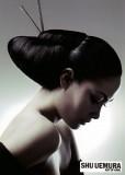 Vyčesaný společenský účes černé barvy a lá Geisha