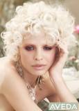 Sladké kudrlinky v platinové blond