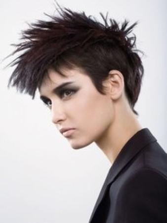 Číro z tmavohnědých vlasů s podholenými boky