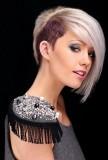 Asymetrický střih z krátkých vlasů platinové barvy