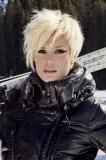 Sexy krátký rozcuch v platinové blond