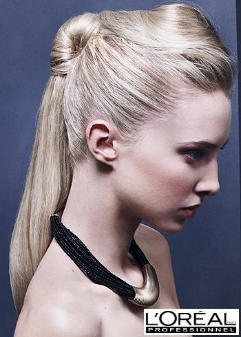 Zapletený platinově blond účes