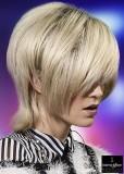 Uhlazený polodlouhý blond účes