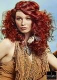 Divoce zvlněný účes z dlouhých rudých vlasů