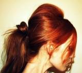 Culík vyčesaný v rezavých vlasech se spuštěnými prameny