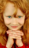 Sladká panenka s vlnitými vlasy