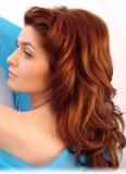 Pečlivě stylizované vlny v rezavých polodlouhých vlasech