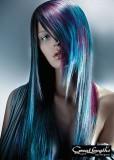 Nepravidelně sestříhaný účes z dlouhých vlasů tyrkysové barvy s fialovým melírem