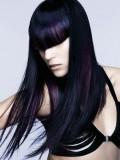 Černý dlouhý účes s fialovým melírem