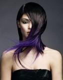 Asymetrický střih hnědé barvy s fialovým melírem