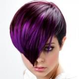 Krátký střih hnědé barvy s fialovým melírem a ofinou do čela