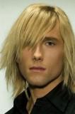 Klučičí účes blond barvy, polodlouhé vlasy
