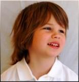 Chlapecký účes z polodlouhých vlasů s ofinou