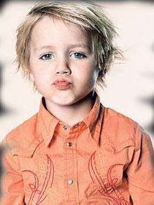 Chlapecký účes z blond rovných vlasů