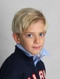 Chlapecký účes blond barvy s ofinkou na straně