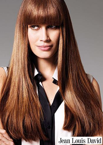 Ležérní účes z dlouhých vlasů s rovnou ofinou