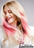 Roztomilý účes z blond vlasů s růžovým melírem